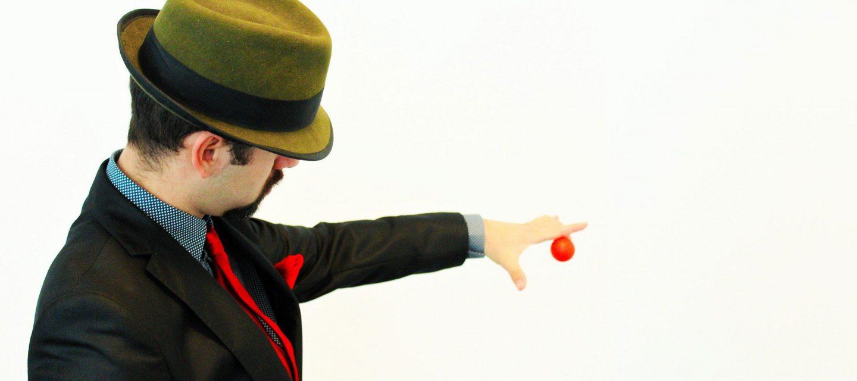 Un mago cattura l'attenzione del pubblico